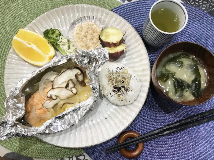 ヴィッセル神戸寮母・村野明子さんのセブンルール「盛り付けはワンプレート」5色健康法 鮭のホイル蒸し出来上がり