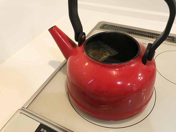 宮古ビデンス・ピローサ茶をやヤカンで沸騰させている