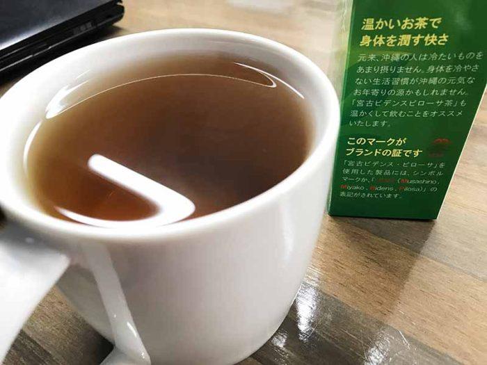 宮古ビデンス・ピローサ茶をデスクで美味しくいただいています