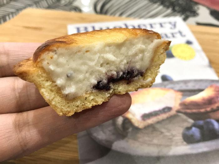焼きたてブルーベリーチーズタルト 中にブルーベリージャムが入って入っている