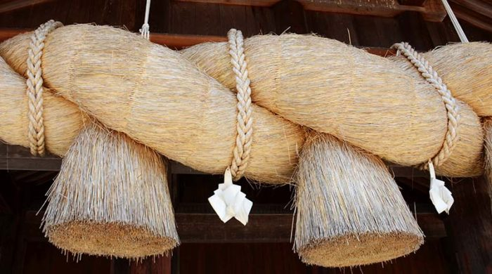 出雲大社など神社の境内に飾られているしめ縄の写真