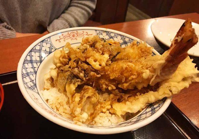 諫早そば処戸隠の天丼も絶品 梅干しの天ぷらが入っている