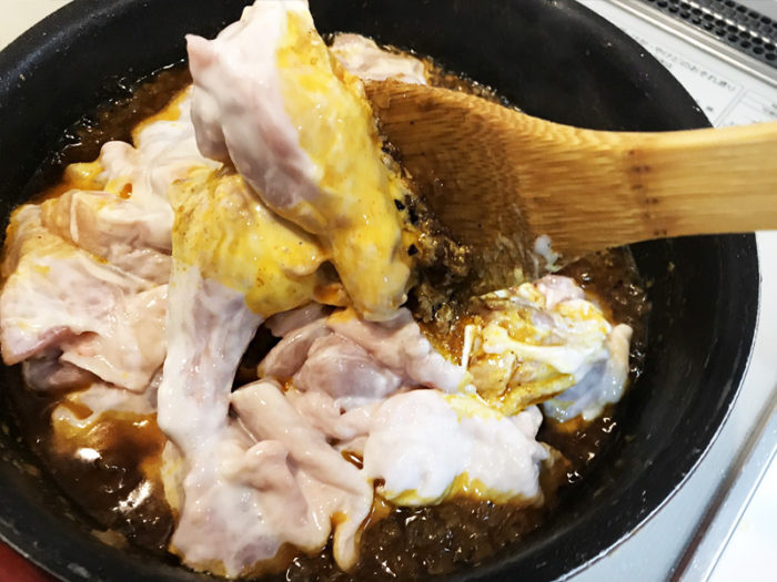 チキンカレー 肉を炒める