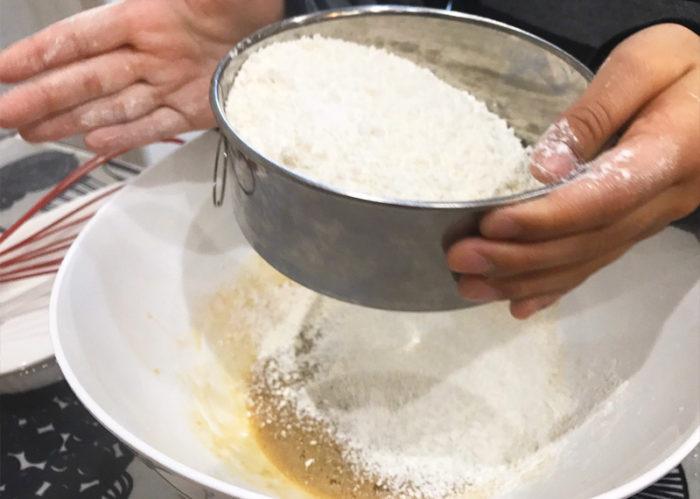 沖縄サーターアンダギの簡単レシピ 薄力粉をふるう