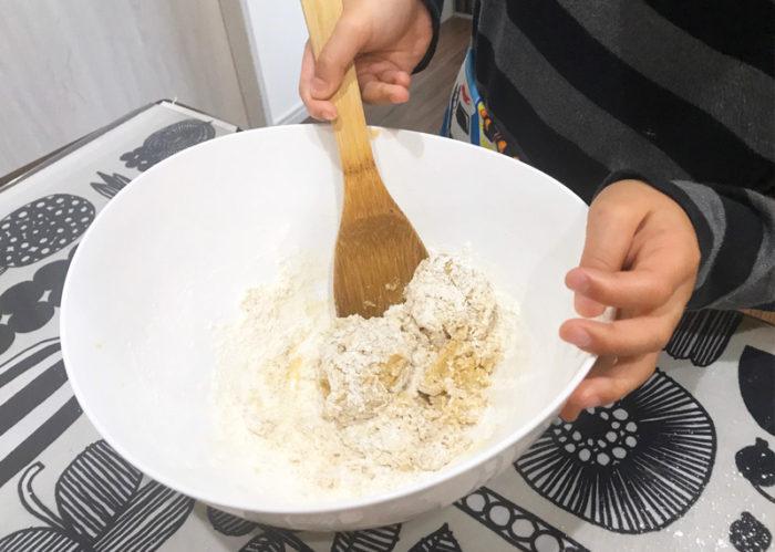 沖縄サーターアンダギの簡単レシピ 薄力粉をざっくり混ぜる