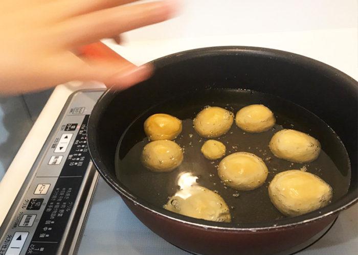 沖縄サーターアンダギの簡単レシピ 油に入れる
