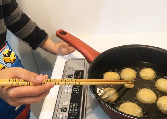 沖縄サーターアンダギの簡単レシピ 低温でじっくり揚げる