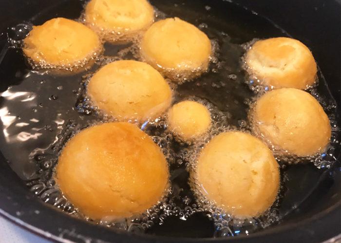 沖縄サーターアンダギの簡単レシピ じっくり揚げる
