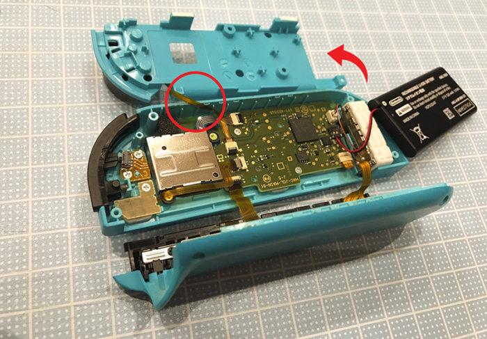 任天堂スイッチ 左のジョイコン(水色)修理 中身が露出したところ
