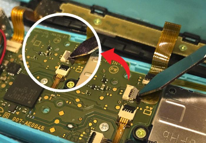 任天堂スイッチ 左のジョイコン(水色)修理 スティックのコードのロックを解除