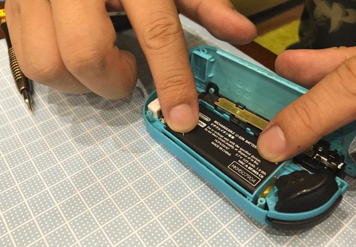 任天堂スイッチ 左のジョイコン(水色)修理 バッテリーをはめ込む