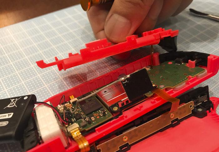 任天堂スイッチ 右のジョイコン(オレンジ)修理 内側のカバーを外す